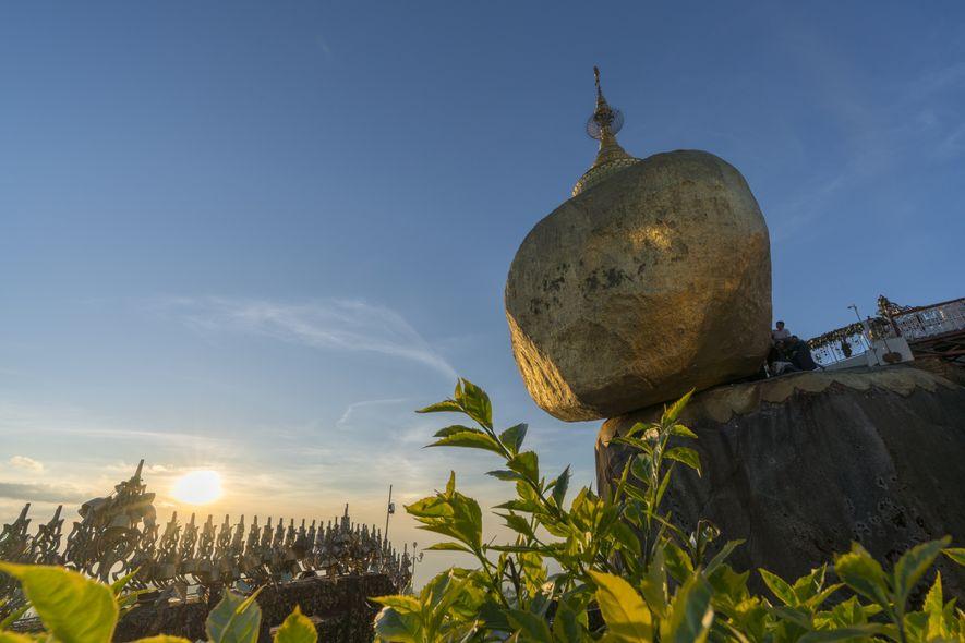 Der berühmte Goldene Fels in der Nähe von Hpa-an kurz vor Sonnenuntergang. Gläubige Buddhisten bringen traditionelle ...