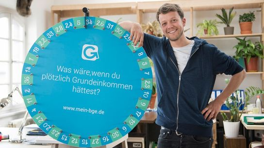 """Michael Bohmeyer startete die Initiative """"Mein Grundeinkommen"""" – und verlost seitdem per Glücksrad Geld. Jeder Gewinner ..."""