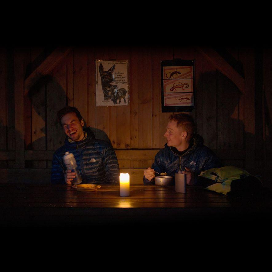 In einer der vielen Wetterschutzhütten genießen wir unser Abendessen vom Spirituskocher.