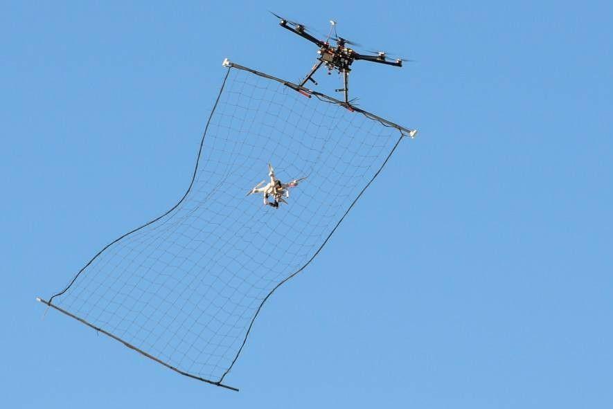 Eine unbemannte Drohne fängt 2016 über der Nevada National Security Site eine andere Drohne vom Typ Phantom 3 mitten im Flug ab. Drohnenabwehrtechnologie entwickelt sich in einem Kopf-an-Kopf-Rennen mit den Drohnen weiter.