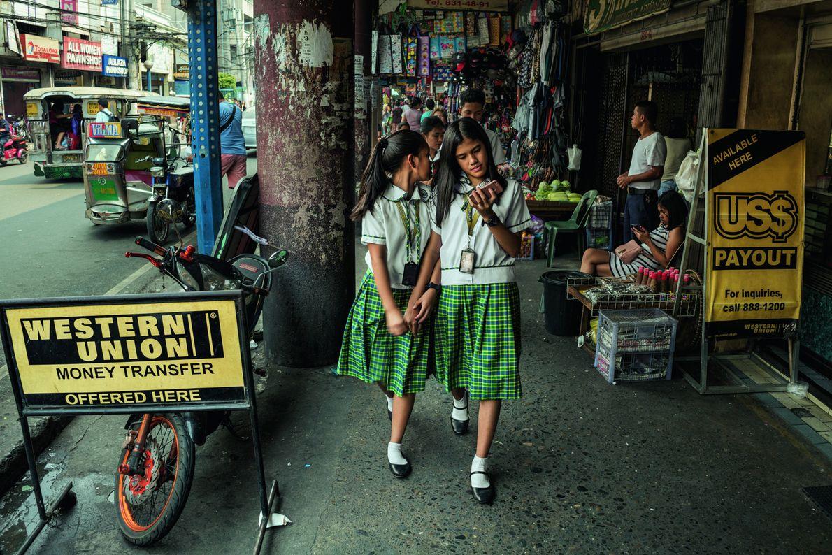 Rund 27 Milliarden Euro schicken die Auslandsarbeiter pro Jahr zurück in die Philippinen. Ihr Beitrag hat …