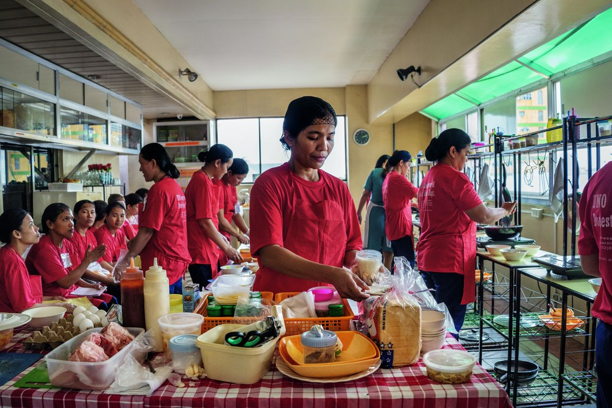 Köche und Hausangestellte lernen, fremdartige Speisen zu kochen.