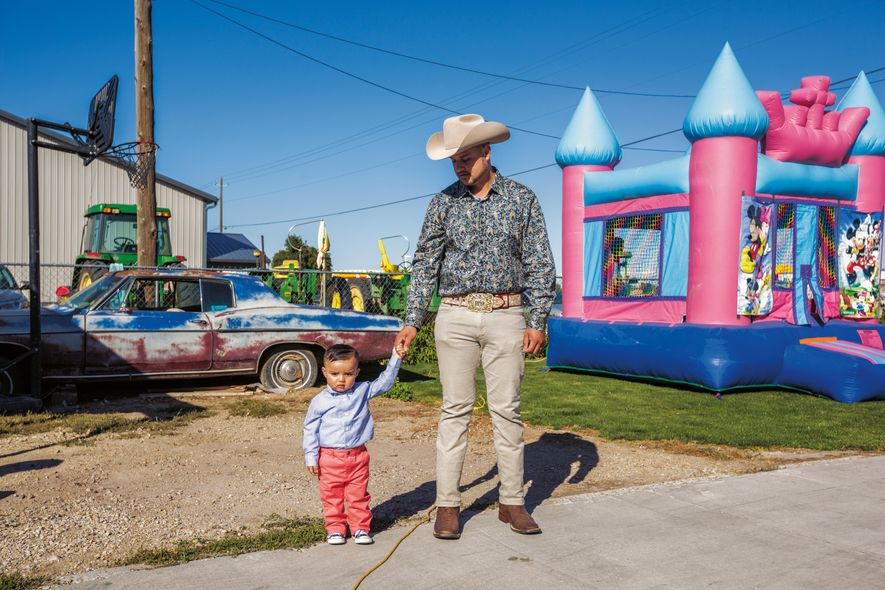 Santiago Rojero und sein Söhnchen Santiago Junior haben sich für eine Tauffeier in Wilder im US-Bundesstaat ...