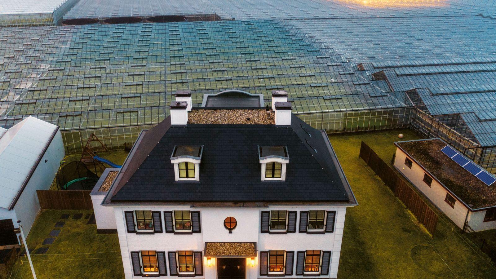 Hier wird Zukunft angebaut: Ein Meer aus Gewächshäusern umgibt ein Bauernhaus in der holländischen Gemeinde Westland. ...