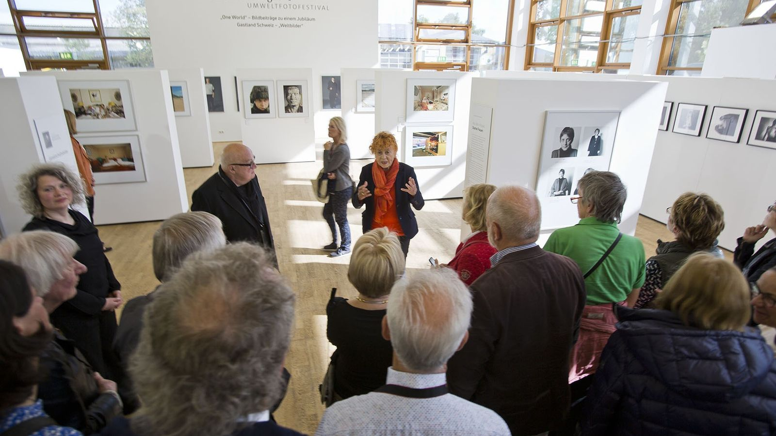 Herlinde Koelbl (Bildmitte) erklärt ihre Fotografie auf der Vernissage der Ausstellung »One World – Bildbeiträge zu ...