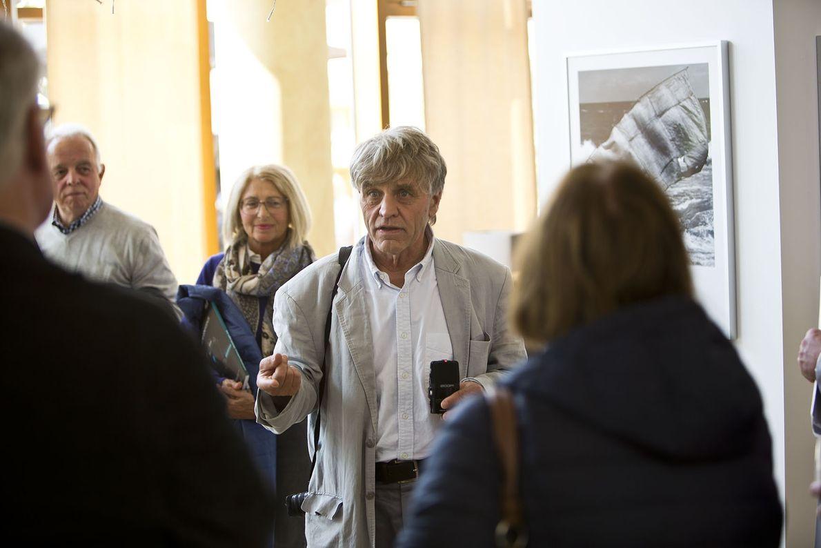 Der Fotograf Beat Presser mit Gästen bei der Vernissage der Ausstellung »Einmal um die Weil« im ...