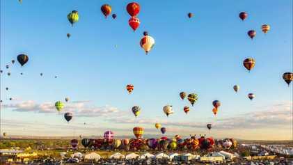 Bunte Heißluftballons im Zeitraffer