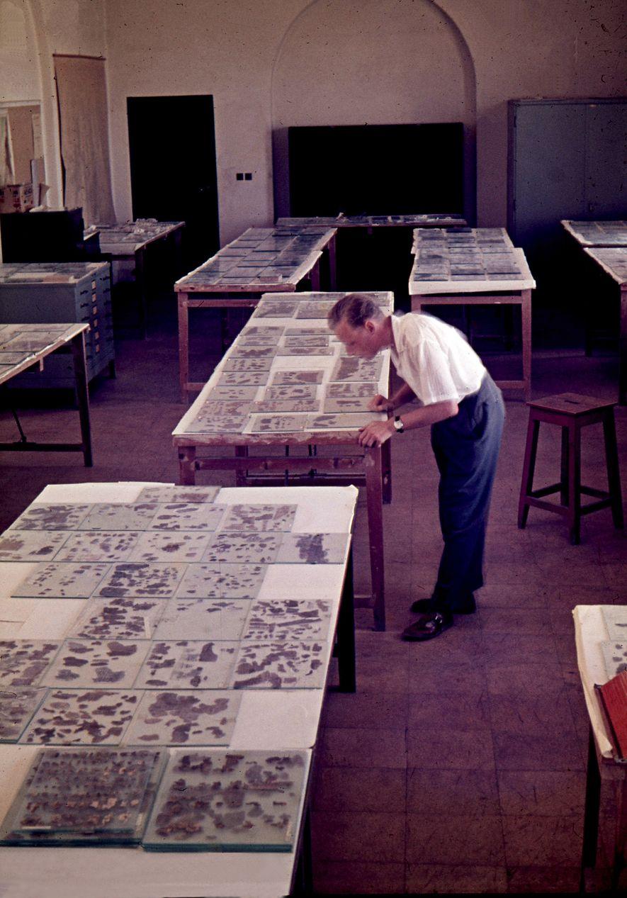 """Claus-Hunno Hunzinger in seinem Arbeitsraum, dem Handschriftensaal des PAM. """"Ich habe noch vor Augen, wie die ..."""