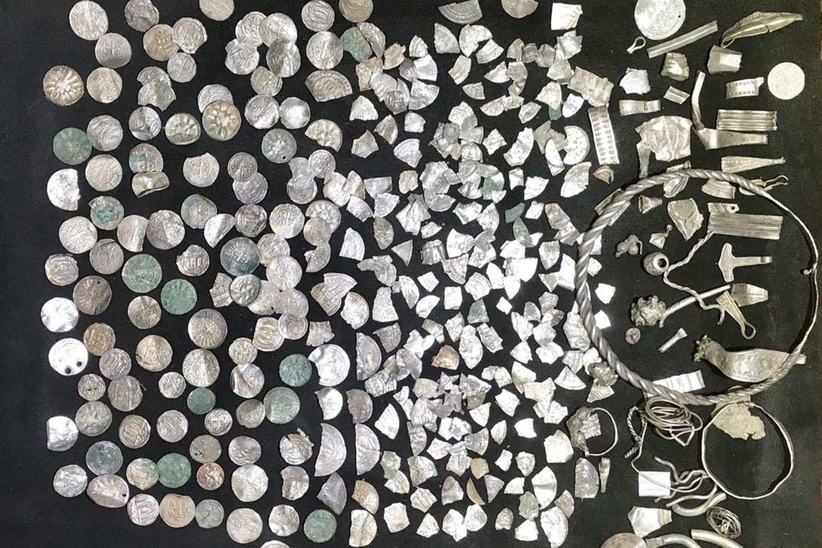 Der am vergangenen Wochenende geborgene Hortfund von Schaprode.