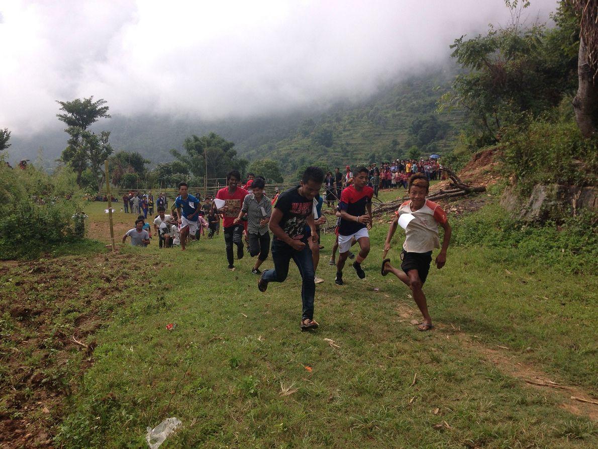 Bild von Dorfbewohnern, die an einem Rennen in Mira Rais Heimatdorf in Nepal teilnehmen.