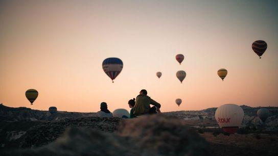 In Kappadokien in der Türkei kann man sich bei einer Ballonfahrt die berühmten Feenkamine von oben ...