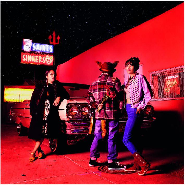 Rote Beleuchtung und einen Sternenhimmel hat Cara Romero diesem gestellten Foto hinzugefügt, um ihre Vorstellung von ...