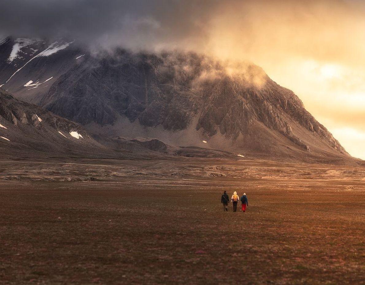 Isfjord Radio | Longyearbyen ist mit etwa 2.000 Einwohnern die größte Stadt auf Spitzbergen. Von dort ...
