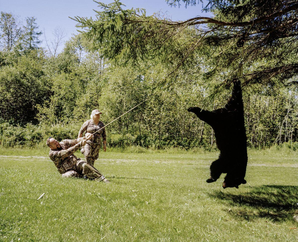 Jäger mit Schwarzbären