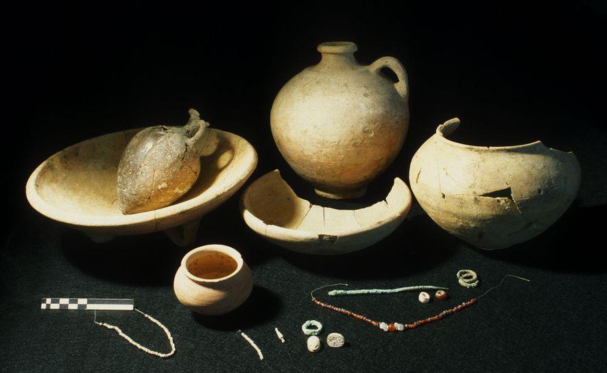 Zu den Grabbeigaben in dem Grab der jungen Aristokratin gehörten Bronzeschmuck, eine Perlenkette und ein geglätteter ...