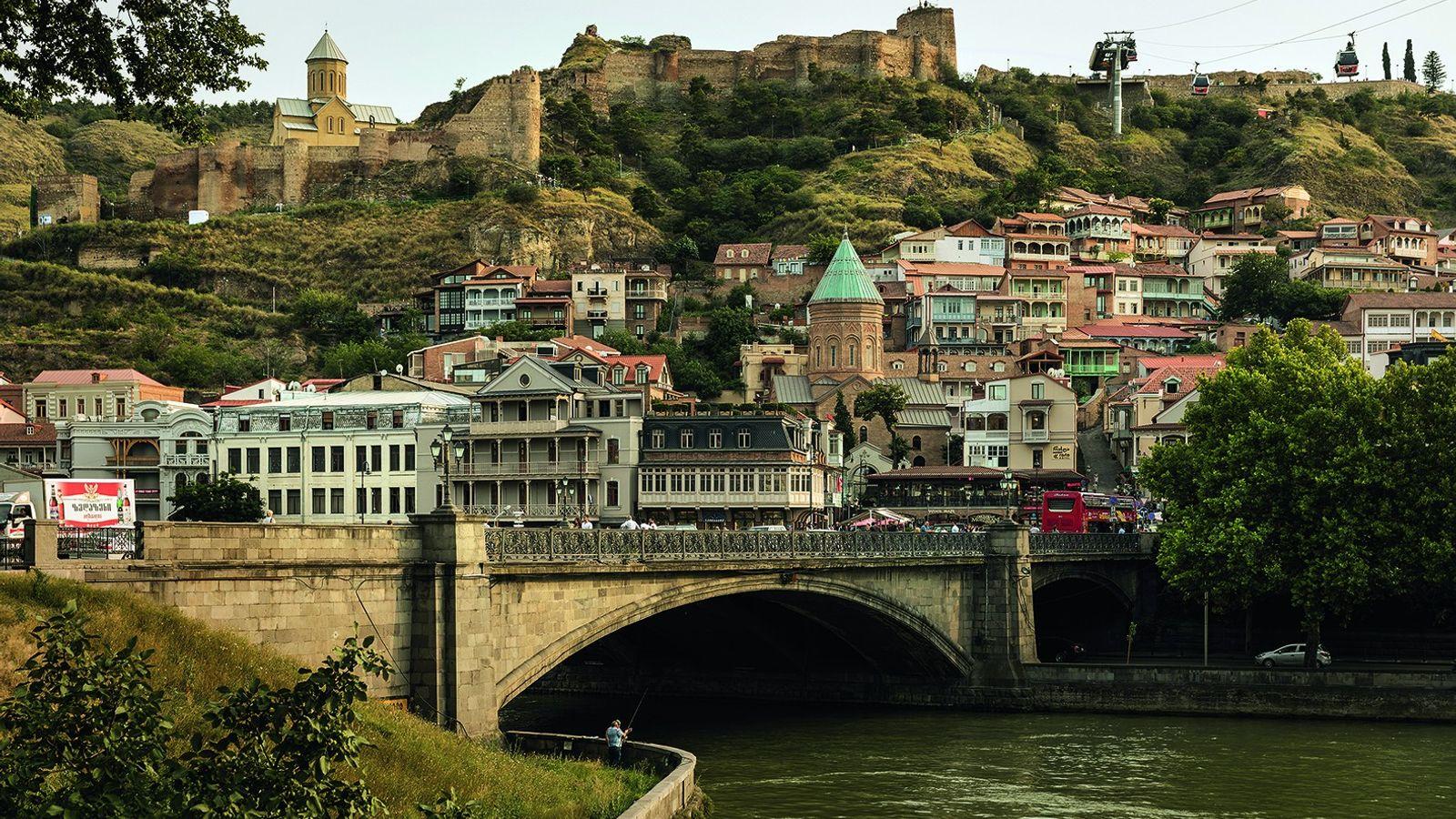 Die Nariqala-Festung und die Türme der orthodoxen Kirchen in der Altstadt von Tiflis erinnern an die ...