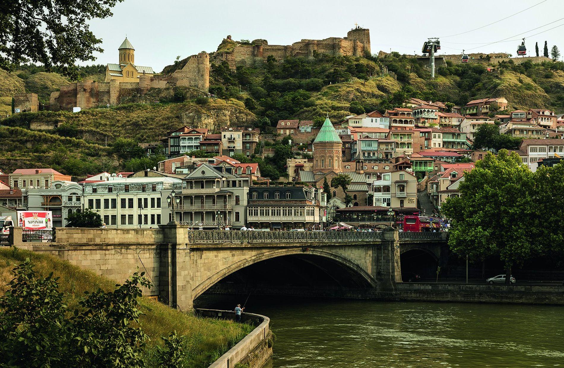 Die Nariqala-Festung und die Türme der orthodoxen Kirchen in der Altstadt von Tiflis erinnern an die alte, wechselhafte Geschichte.
