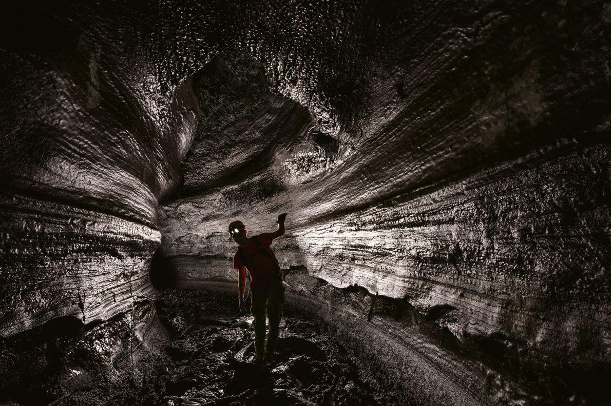 Autor Joshua Foer erkundet die Kazumura-Höhle, mit mehr als 64 Kilometern momentan die längste kartierte Lavaröhre ...
