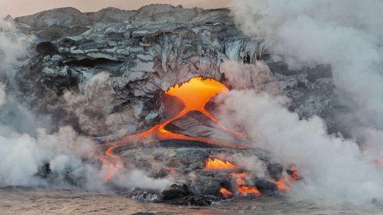 Landschaft in Bewegung: Lava des Kilauea-Vulkans fließt aus Röhren in den Pazifik. Hawaii birgt viele unterirdische ...