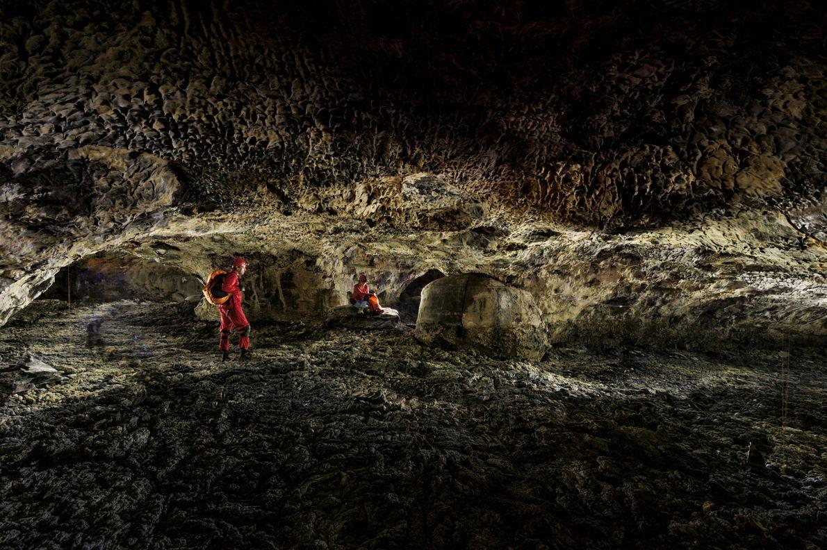 """Drei Röhren führen von diesem Punkt des Kipuka-Kanohina-Systems weiter in die Tiefe. """"Das Lavagestein kann scharfkantig ..."""