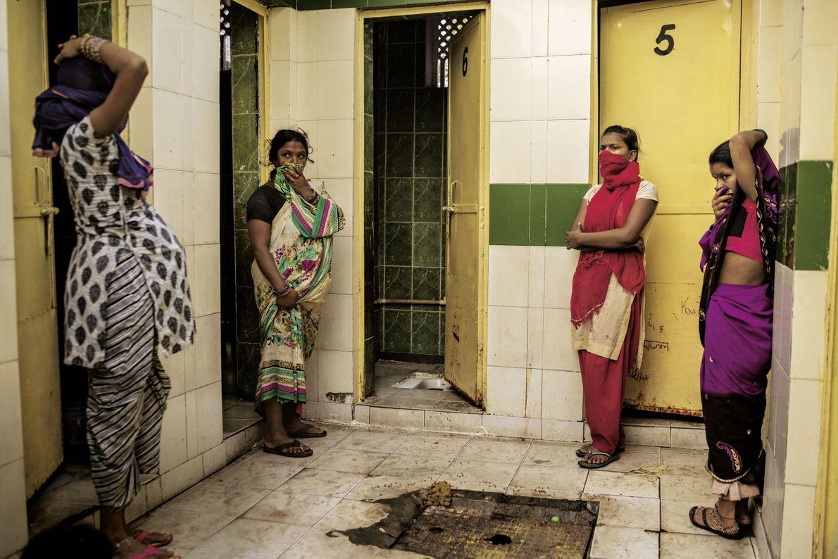 Toilettenhaus im Slum Safeda Basti in Delhi