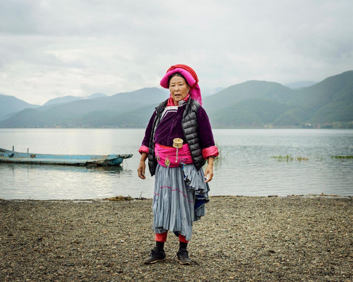 Dashi Lamu, 72, an einem Ufer