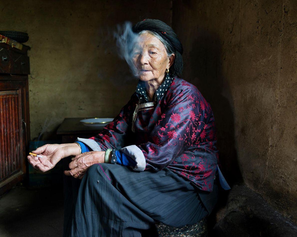 Rauchende Mosuo Frau