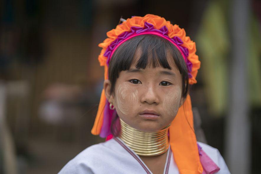 Ein Mädchen der Padaung trägt die traditionelle Bekleidung des Karen-Volkes.