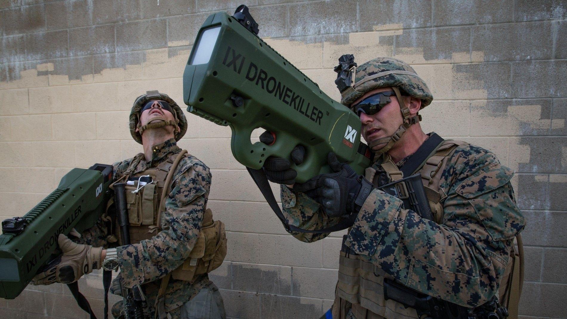 Der Gefreite Briar Purty des U.S. Marine Corps testet 2018 einen IXI Drone Killer während einer Wehrübung im Marine Corps Base Camp in Pendleton, Kalifornien. Das Gerät sendet Störsignale aus und soll Luftangriffe mit Drohnen abwehren. Das Risiko durch Drohnen nimmt durch ihre steigende Präsenz im urbanen Luftraum immer weiter zu.