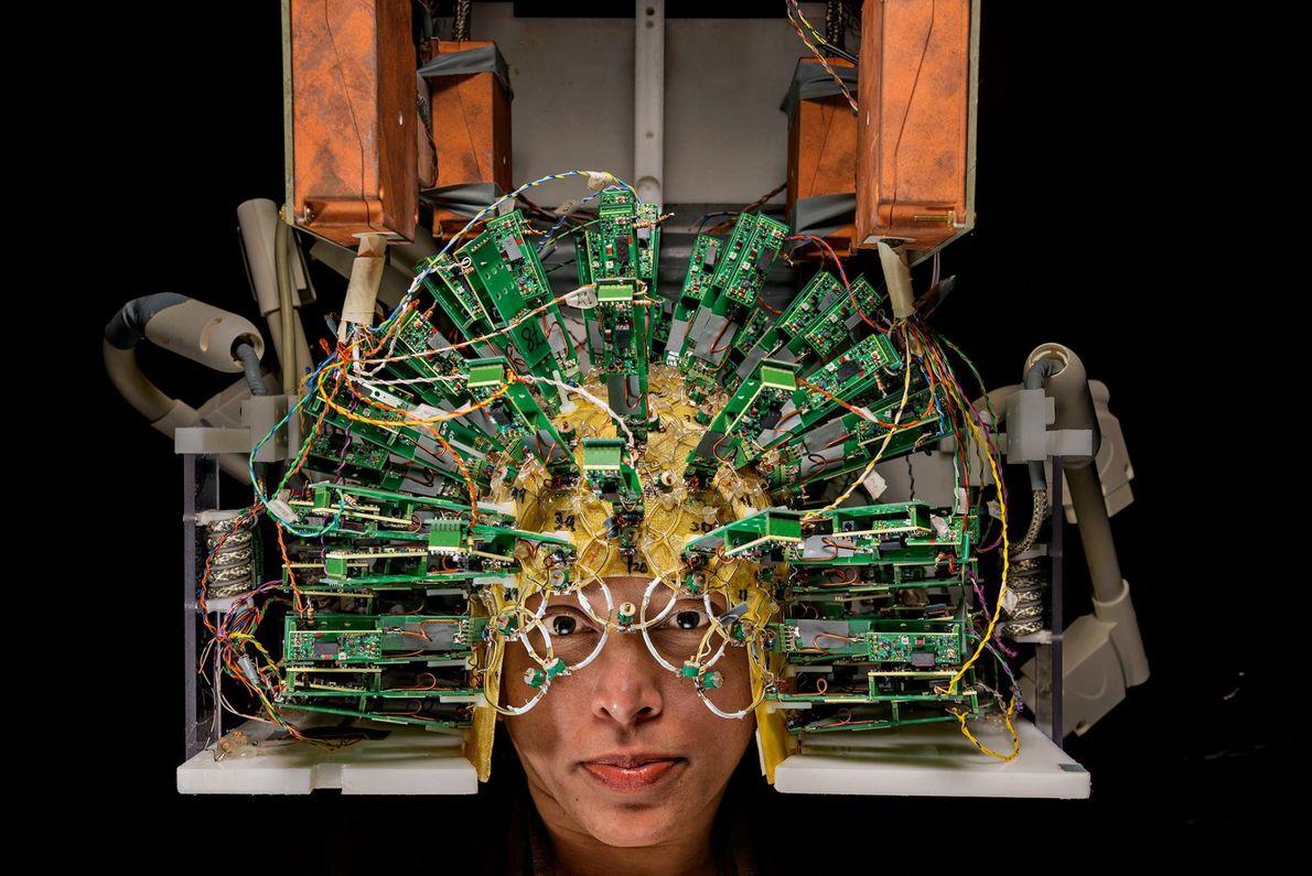 Ein Ingenieur trägt im Martinos Center for Biomedical Imaging im Massachusetts General Hospital einen Helm mit ...