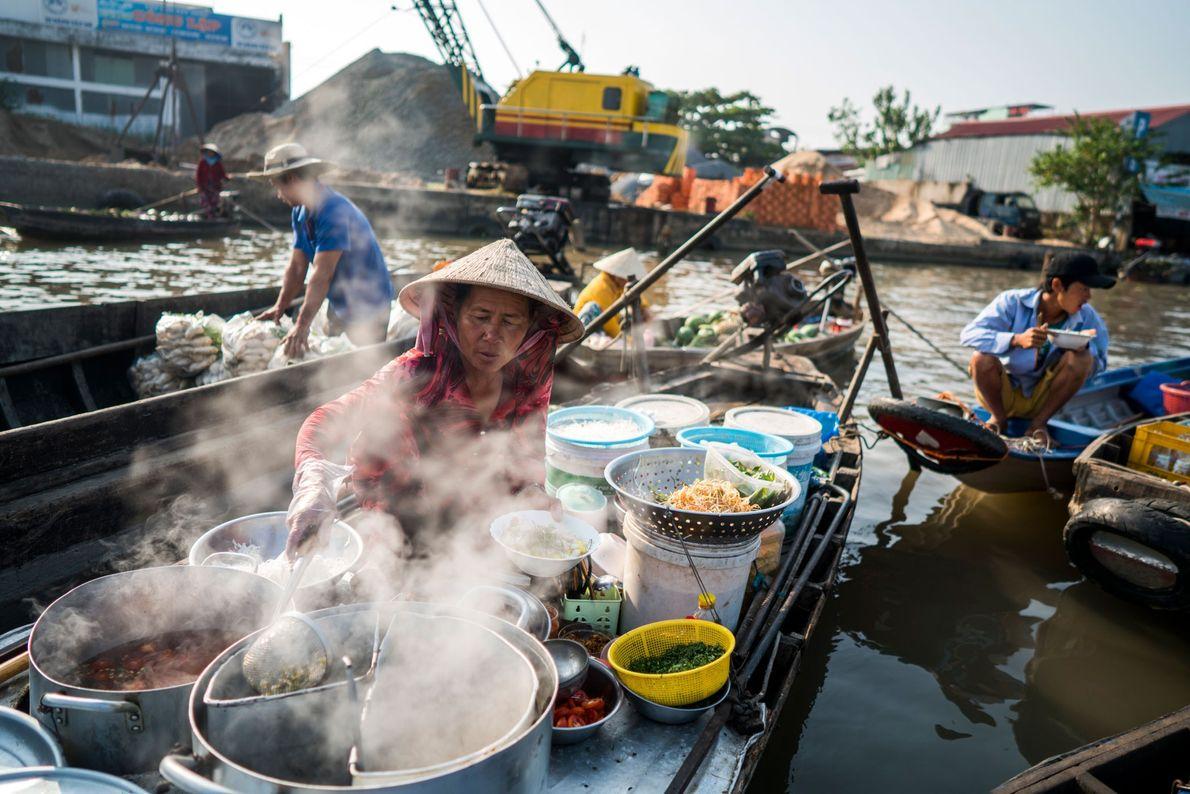 Nudelverkäufer am servieren