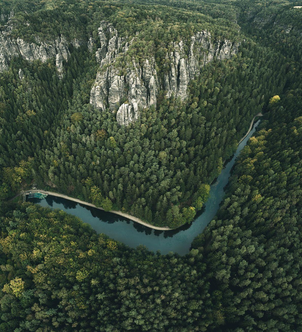 Die Elbe schlängelt sich durch die Sächsische Schweiz