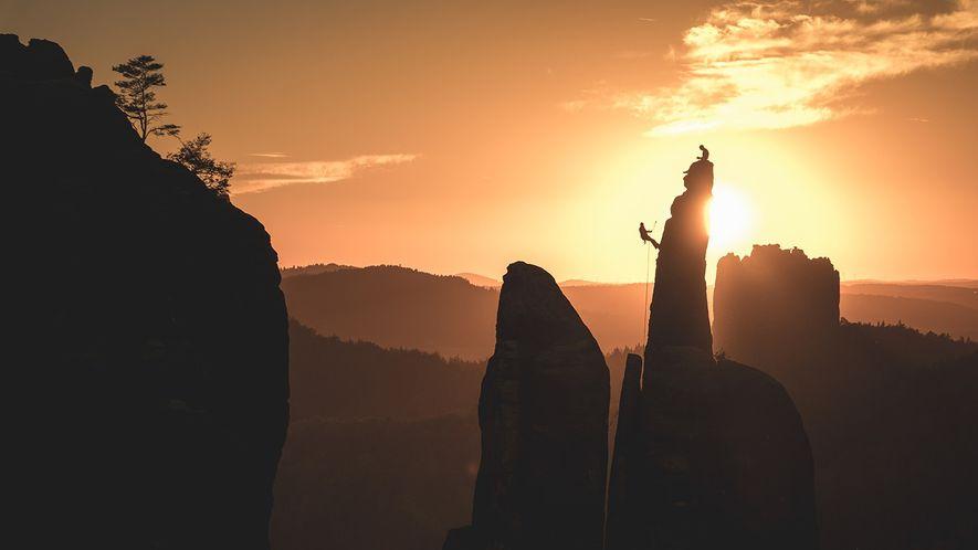 Bei Kletterern ist die Sächsische Schweiz ein beliebtes Ausflugsziel, allerdings gibt es einiges zu beachten: Chalk und metallische Hilfsmittel zur Absicherung sind verboten. Einzig Knotenschlingen sind gestattet.