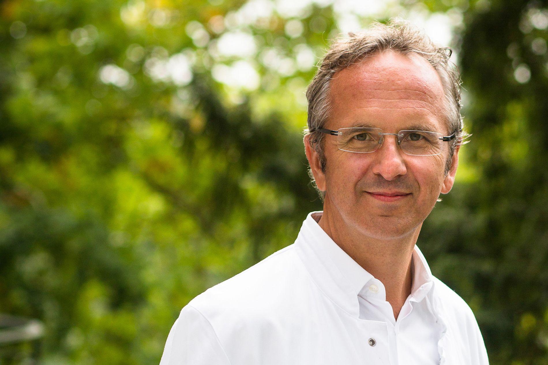 """Prof. Dr. med. Andreas Michalsen ist Chefarzt der Abteilung Naturheilkunde im Immanuel Krankenhaus Berlin und Inhaber der Stiftungsprofessur für klinische Naturheilkunde an der Charité. Er ist Autor des Buchs """"Heilen mit der Kraft der Natur""""."""