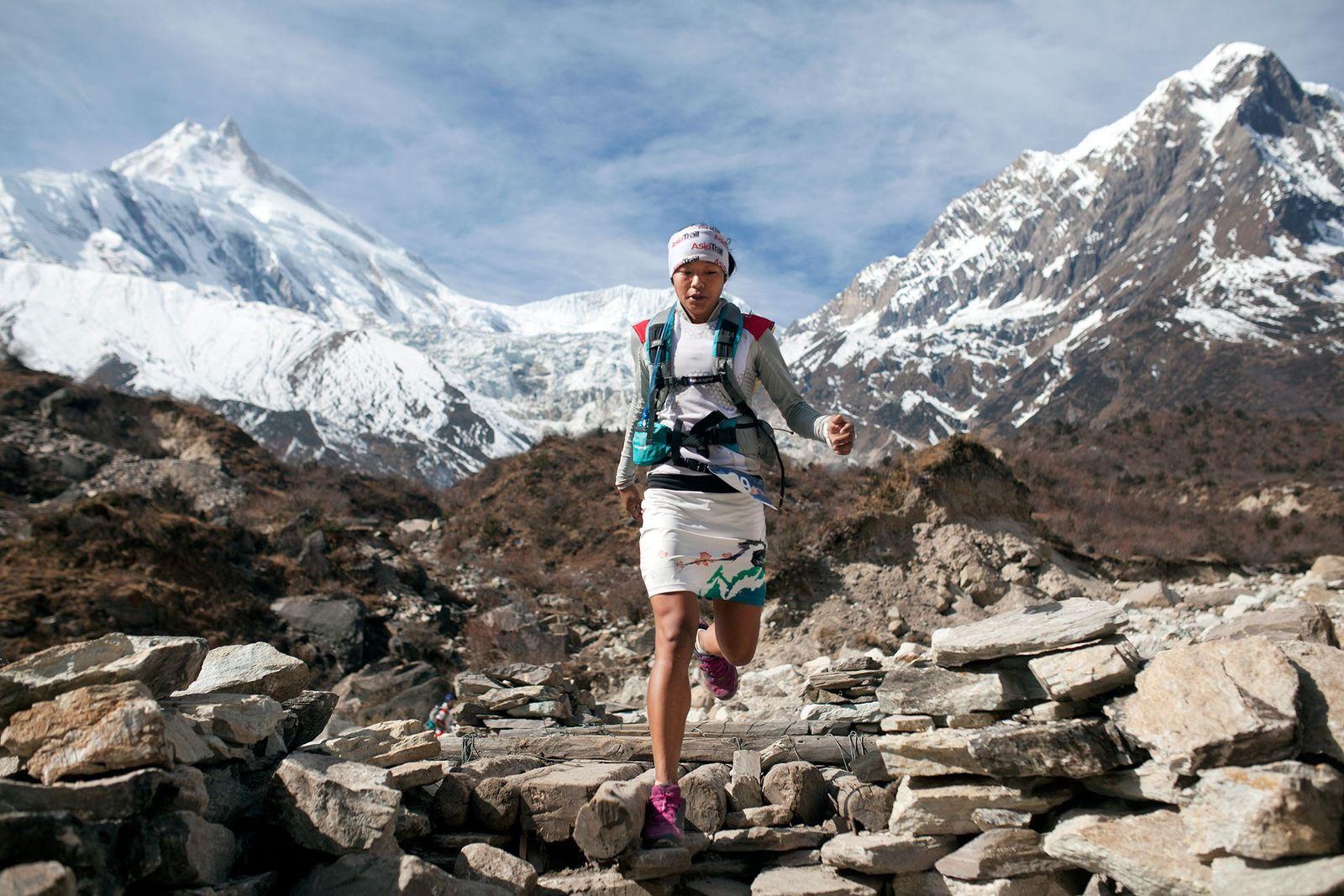 Bild von Läuferin Mira Rai beim Rennen in Nepal bei großer Höhenlage.