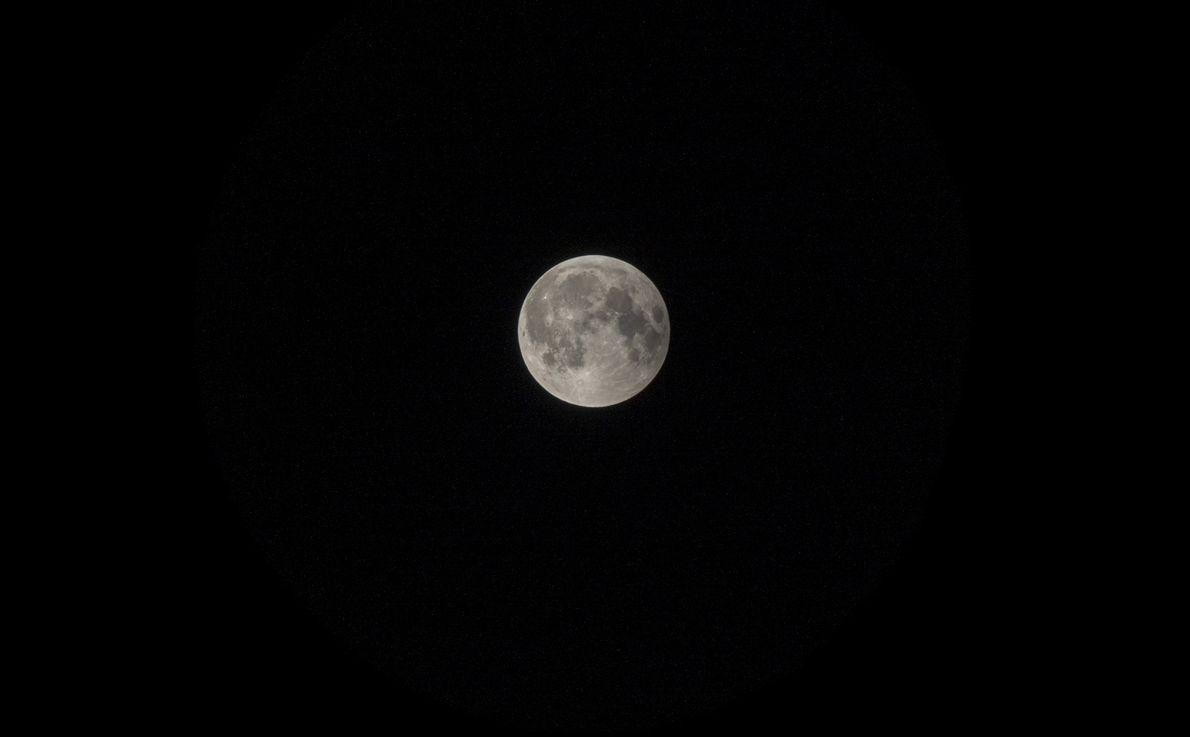 Nach dem Ende der partiellen Finsternis leuchtete der Vollmond ab etwa 0:20 Uhr wieder hell am ...