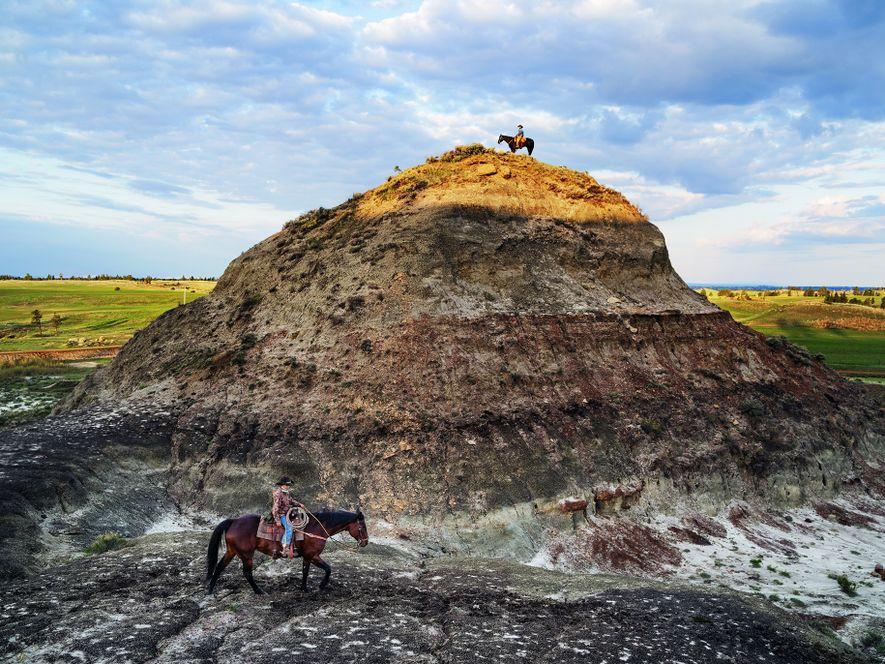 """In manchen Kreisen ist er bekannt als der """"Dino-Cowboy"""": Der Rancher Clayton Phipps (o.) erkundet zusammen ..."""