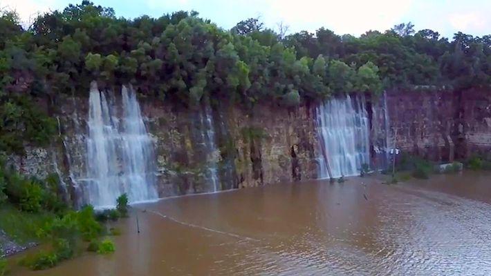 Flut verwandelt Steinbruch in See mit Wasserfällen