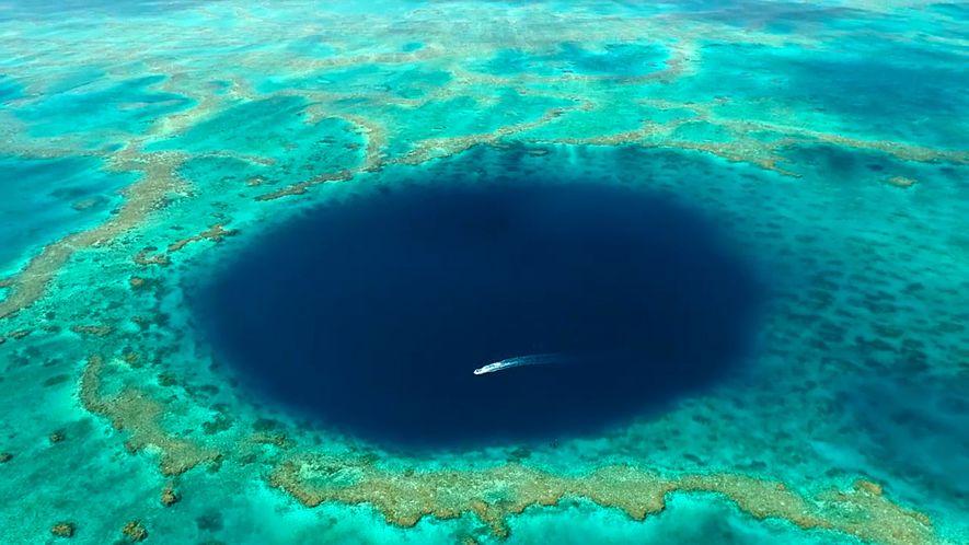 Aufnahmen aus einem geheimnisvollen Blue Hole im Great Barrier Reef