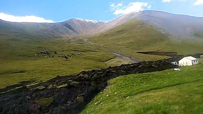 Erdrutsch fließt wie ein Lavastrom durch Hügelland