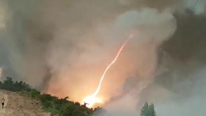 Feuertornado entsteht bei Waldbrand