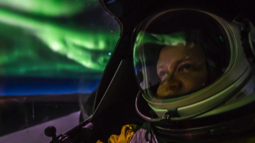 Flugzeug fliegt durch leuchtende Polarlichter