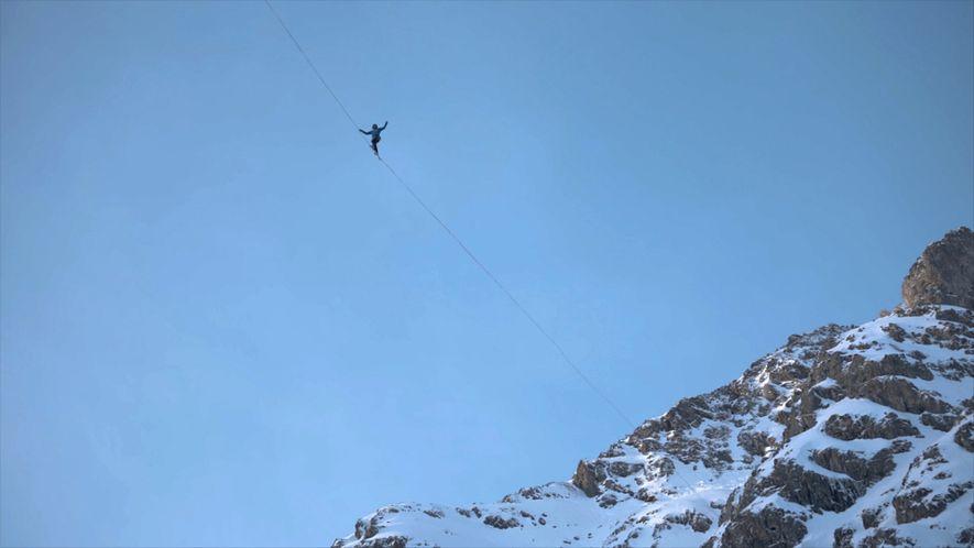 Slackline-Akrobatik in den Alpen