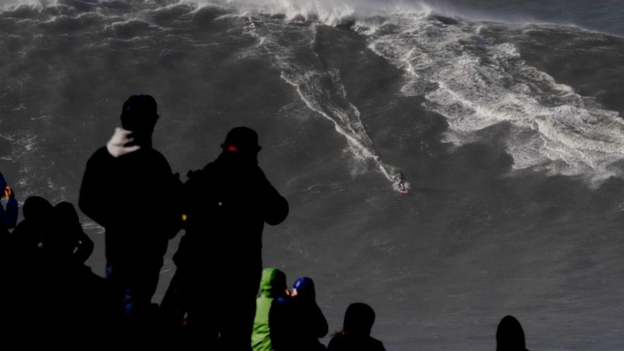 Surfer reitet Rekordwelle