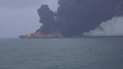 Öltanker nach Kollision mit Frachter in Brand