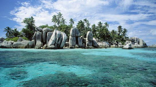 Malerische Granitfelsen und Kokospalmen verleihen den Seychellen einen besonderen Zauber.