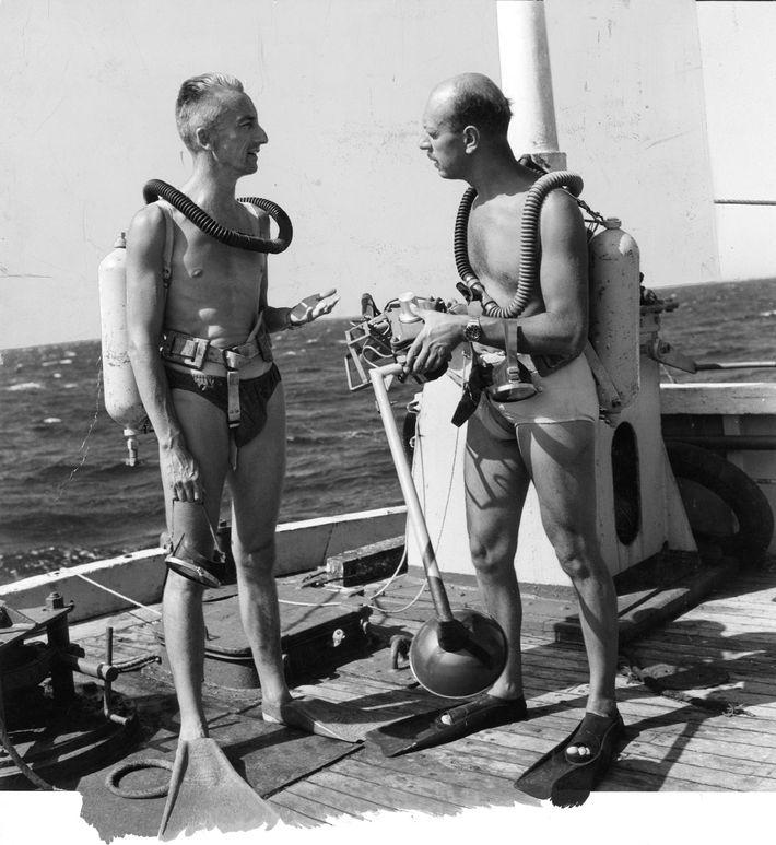 Jacques Cousteau instruiert Luis Marden vor einem Tauchgang mit Tauchgerät.
