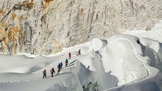 Foto eines Trekkingführers und eines Wanderers auf dem Island Peak, Nepal