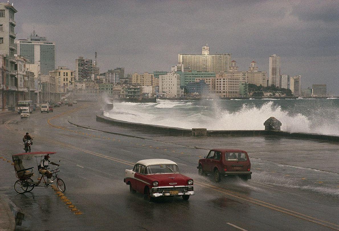 Die stürmische See bricht über Havannas Strandpromenade Malecón im Jahre 1998 herein, doch die Brandung verlangsamt ...