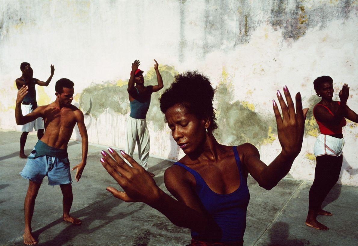 Kubas Trinidad Folkloric Ballet probt in einem leeren Innenhof ihren Auftritt für sowohl ausländisches, als auch ...